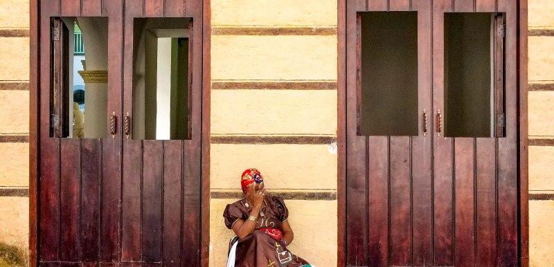 Cuba_Doors_Woman_Cigar-2